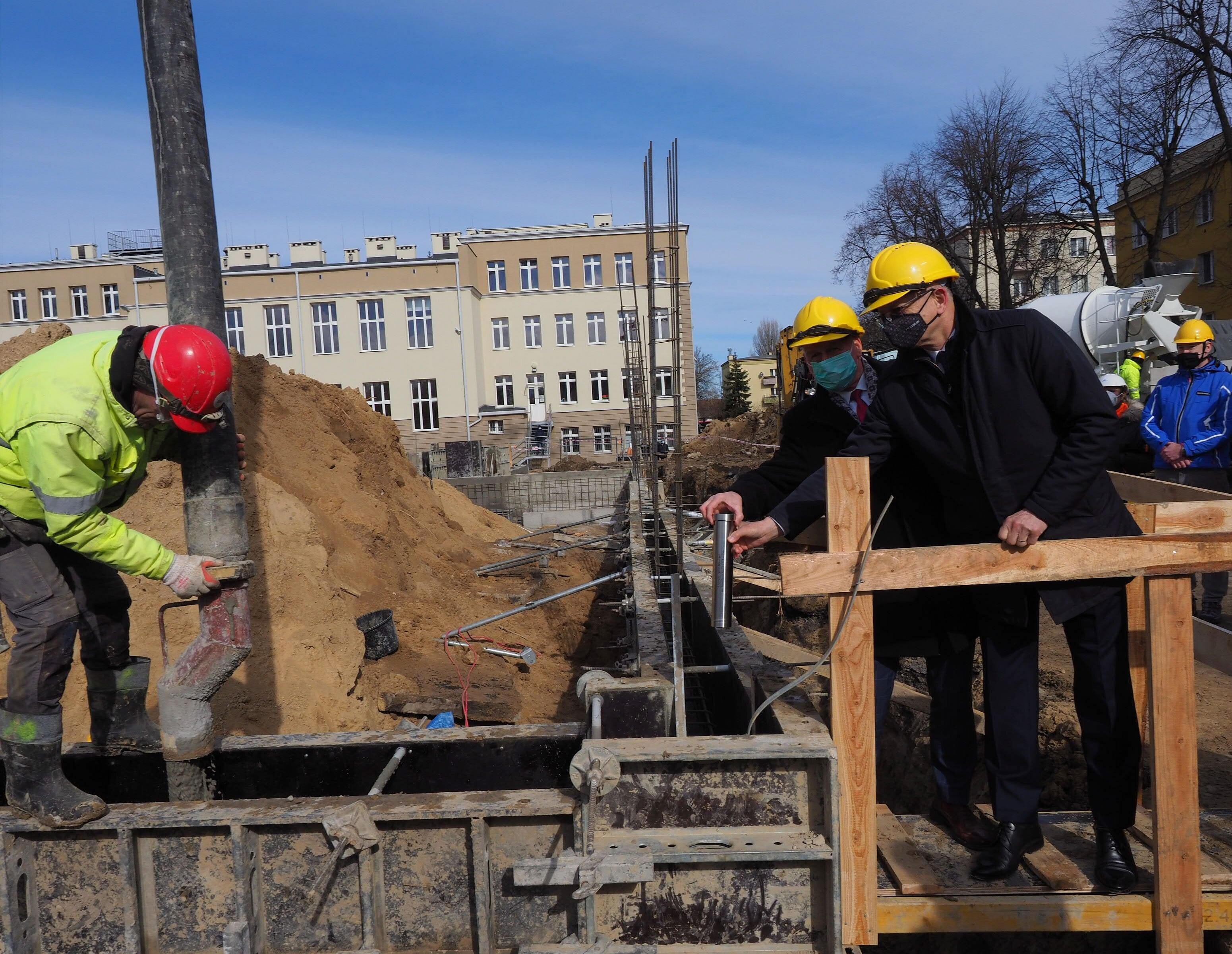 """Budowa sali gimnastycznej przy """"Staszicu"""" w Lublinie. Wmurowano kapsułę czasu - Zdjęcie główne"""