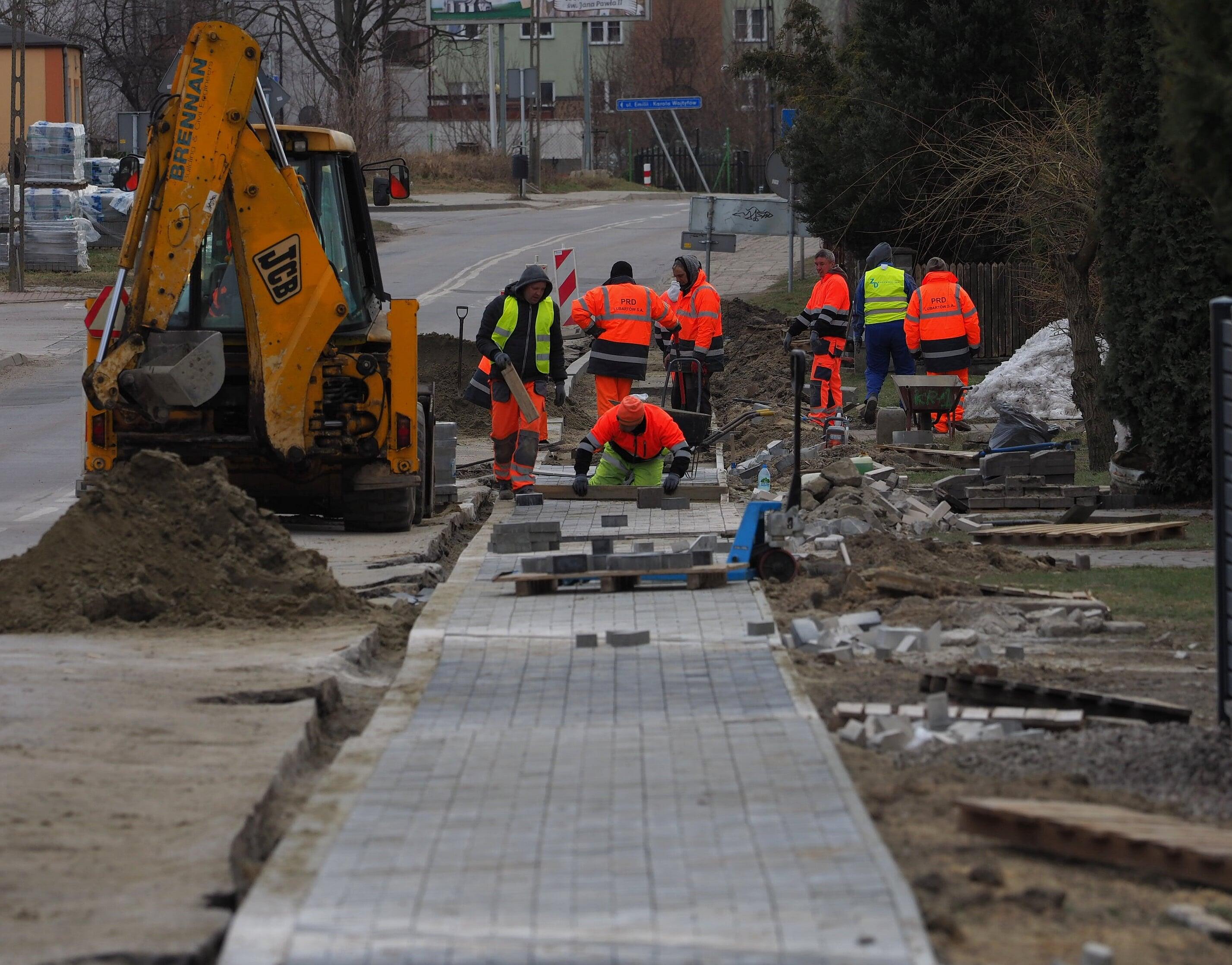 Wyczekiwany remont drogi na lubelskim Wrotkowie rozpoczęty. Z ulgą odetchną piesi i kierowcy - Zdjęcie główne