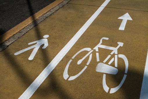 Lublin: Droga utrudnia ruch pieszym i rowerzystom. Radny i mieszkańcy Kośminka chcą uporządkowania - Zdjęcie główne