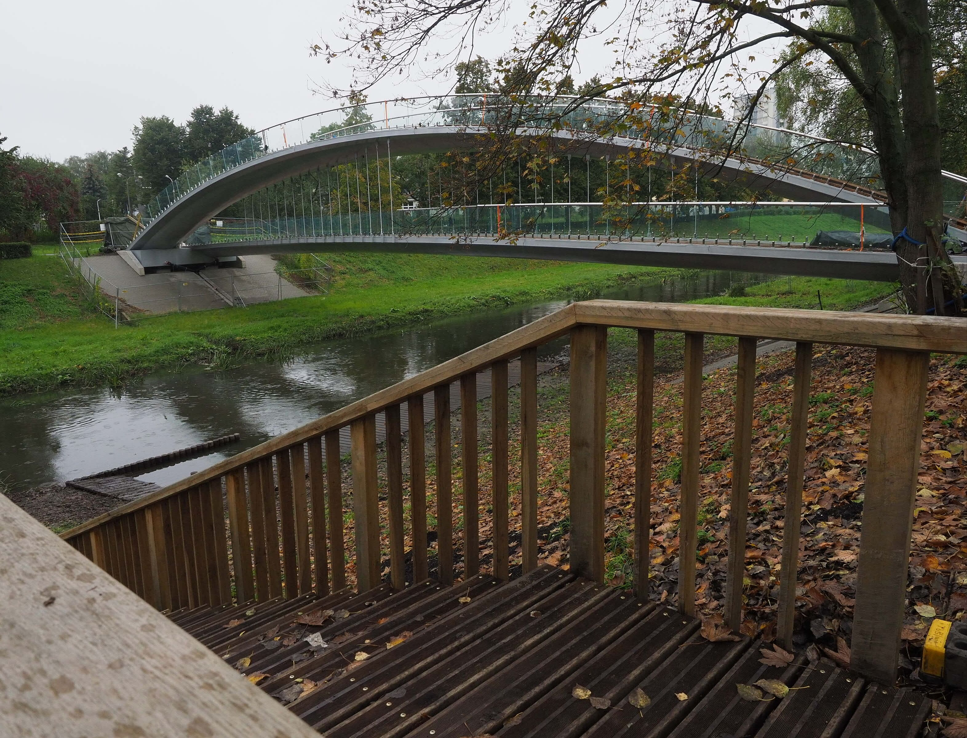 Park Ludowy w Lublinie ma kładkę z iluminacjami. Dzisiaj testy oświetlenia - Zdjęcie główne