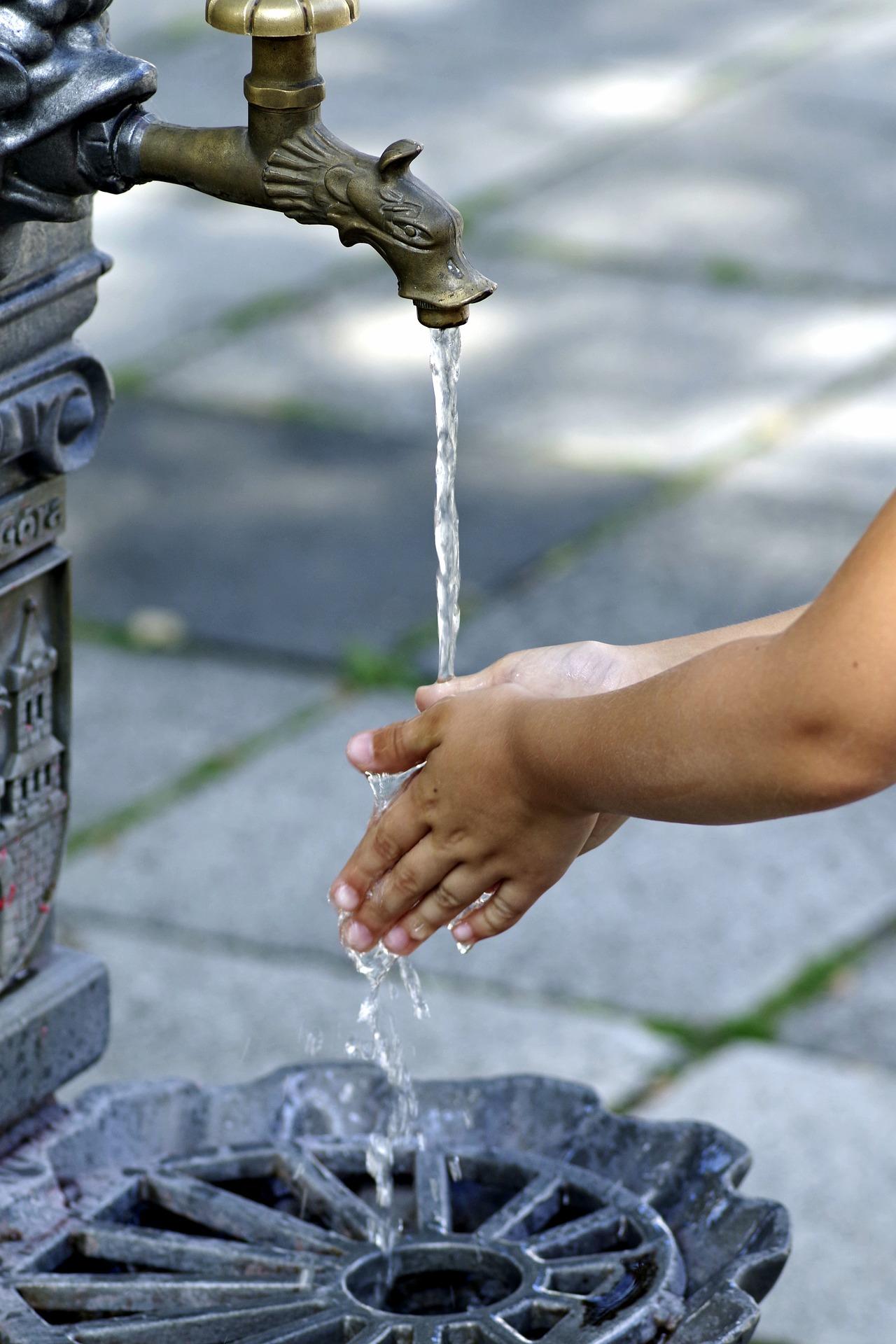 Niektórzy mieszkańcy lubelskiego Kośminka nie mają kanalizacji, a wodę... biorą ze studni - Zdjęcie główne