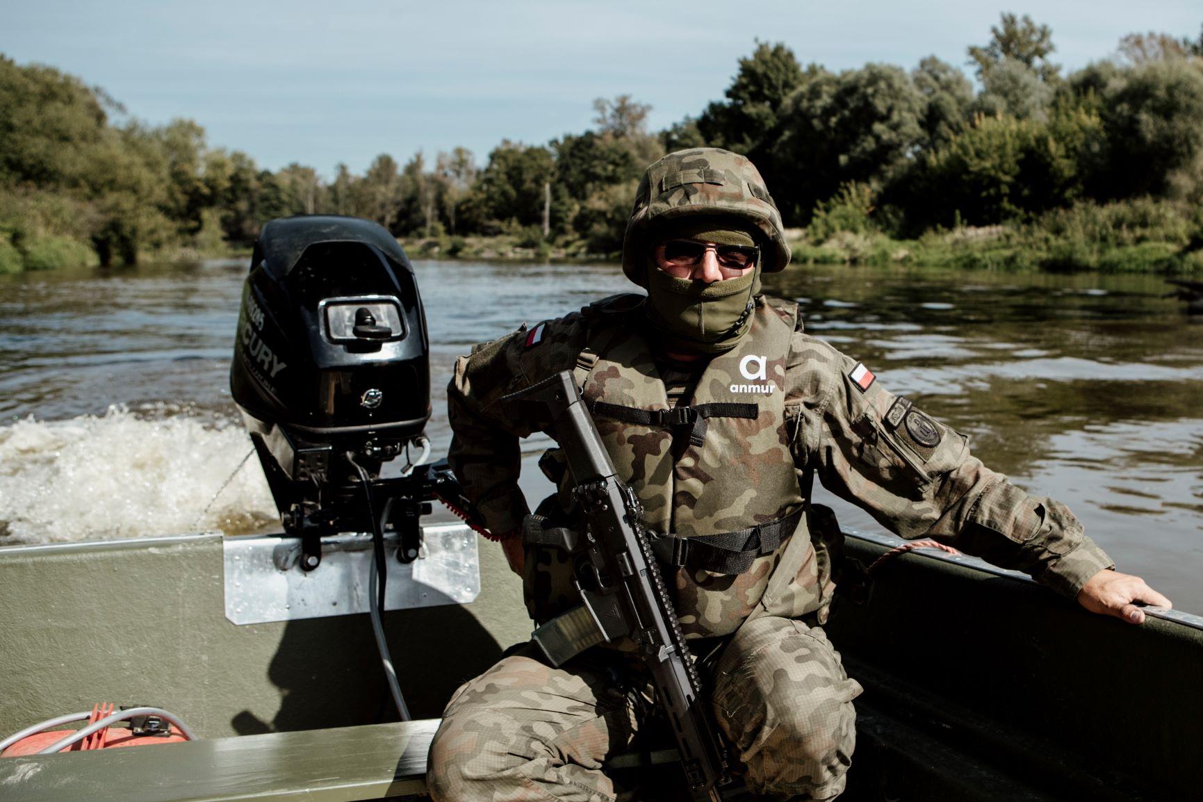 Województwo lubelskie: Terytorialsi patrolują rzekę niedaleko granicy - Zdjęcie główne