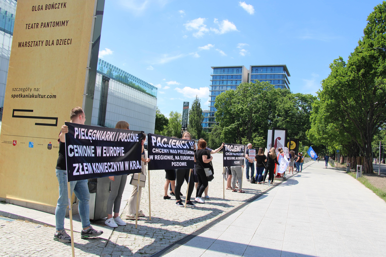 Lublin: manifestacja pielęgniarek pod Urzędem Marszałkowskim. Domagają się wyższych pensji [GALERIA, WIDEO] - Zdjęcie główne