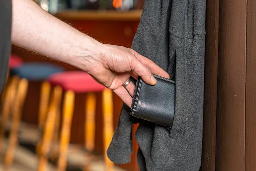 Lubelska policja szuka kieszonkowca. Ukradł portfel z 2 tys. zł w jednej z restauracji - Zdjęcie główne