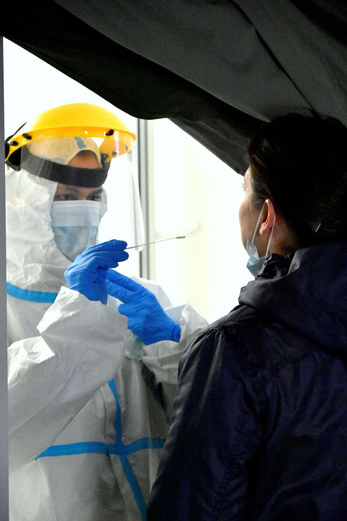 Lubelscy terytorialsi testują pracowników szkół na obecność COVID-19 - Zdjęcie główne