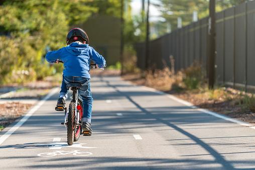 Lublin: Stan drogi utrudnia ruch pieszym i rowerzystom. Miasto już częściowo zrobiło z tym porządek - Zdjęcie główne