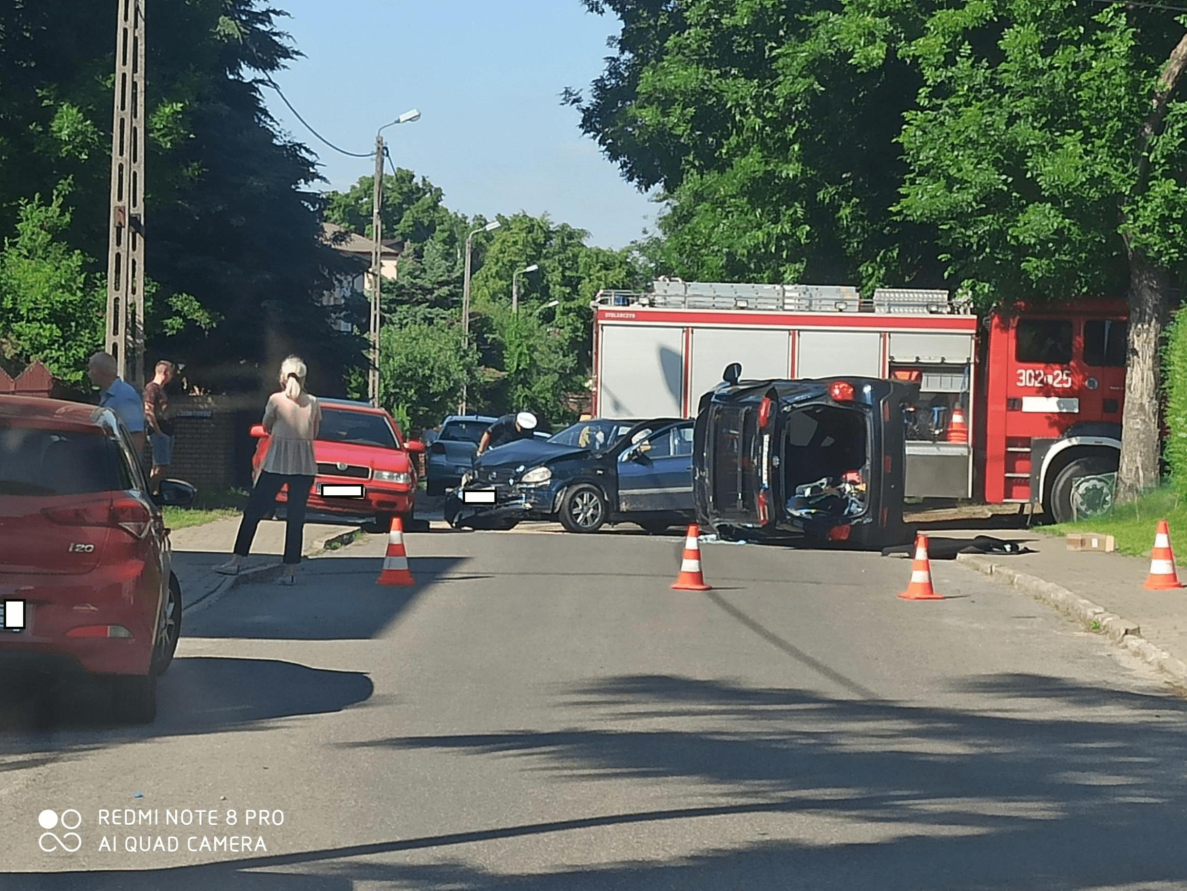 Lublin: zderzenie samochodów w dzielnicy Dziesiąta. Jedno z aut przewróciło się na bok - Zdjęcie główne
