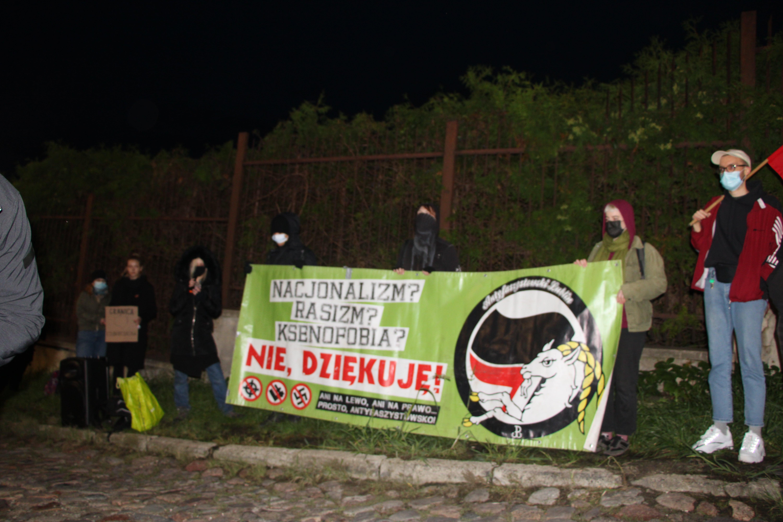 """Lublin: Uczcili pamięć zmarłych imigrantów. Manifestacja """"Stan wyjątkowej podłości - przerwijmy milczenie"""" [GALERIA] - Zdjęcie główne"""