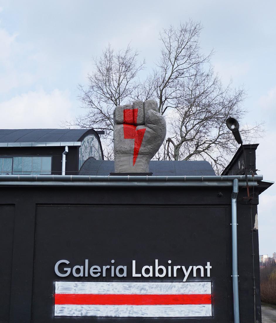 Wielka dłoń z błyskawicą pojawiła się na dachu Galerii Labirynt w Lublinie - Zdjęcie główne