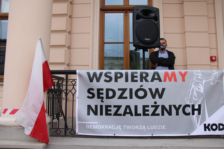 """Pikieta """"Wspieramy sędziów niezależnych"""" w Lublinie [GALERIA I WIDEO] - Zdjęcie główne"""