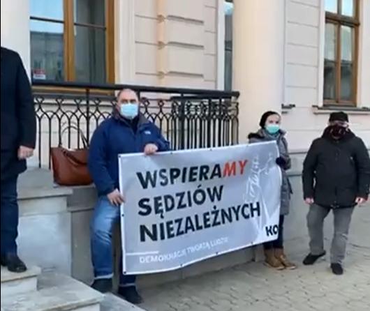 """Pikieta """"Wspieramy sędziów niezależnych"""" w Lublinie. Uczestnicy: Wolne sądy, wolna Polska! - Zdjęcie główne"""