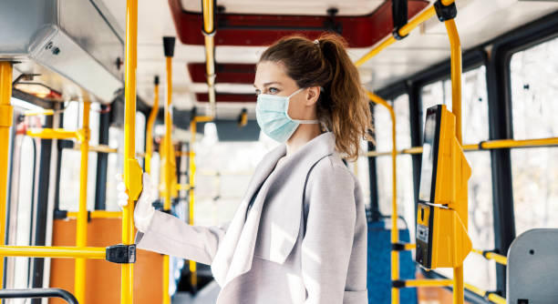 Lublin: Rozdają maseczki pasażerom komunikacji miejskiej. Chcą przypomnieć, że pandemia wciąż trwa - Zdjęcie główne