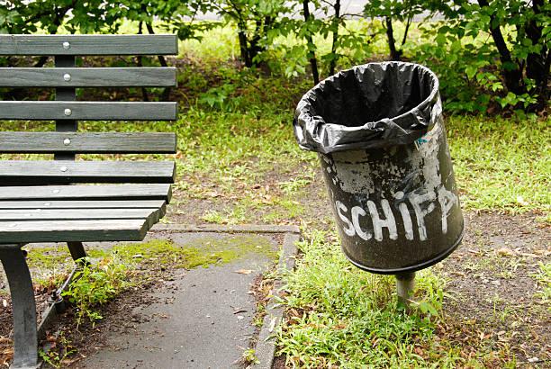 Lublin: Graffiti, poprzestawiane ławki, porozrzucane butelki. Radny apeluje, żeby zadbać o teren w centrum miasta - Zdjęcie główne