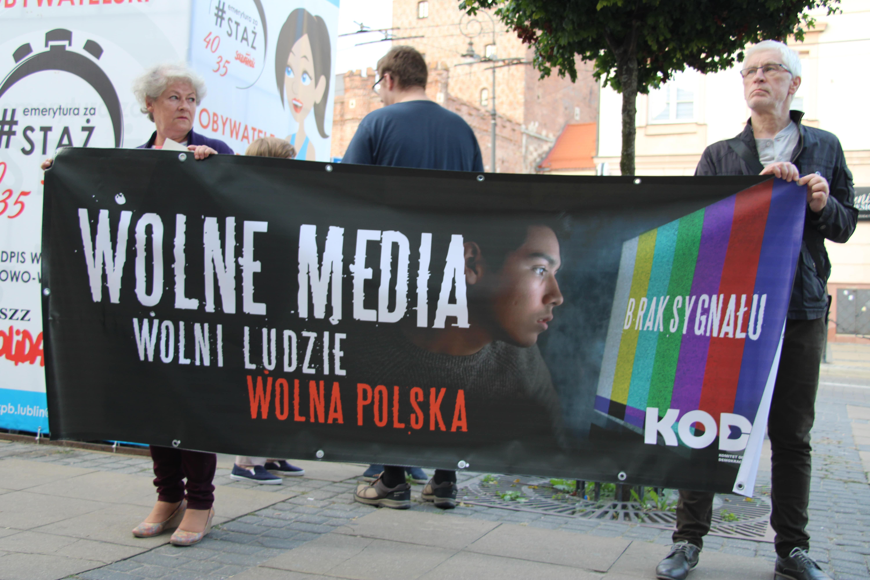 Lublin: Manifestowali w obronie wolnych mediów. Uczestnik: Media i obywatelski opór to szczepionka przeciw podłości i nieuczciwości [GALERIA, WIDEO] - Zdjęcie główne