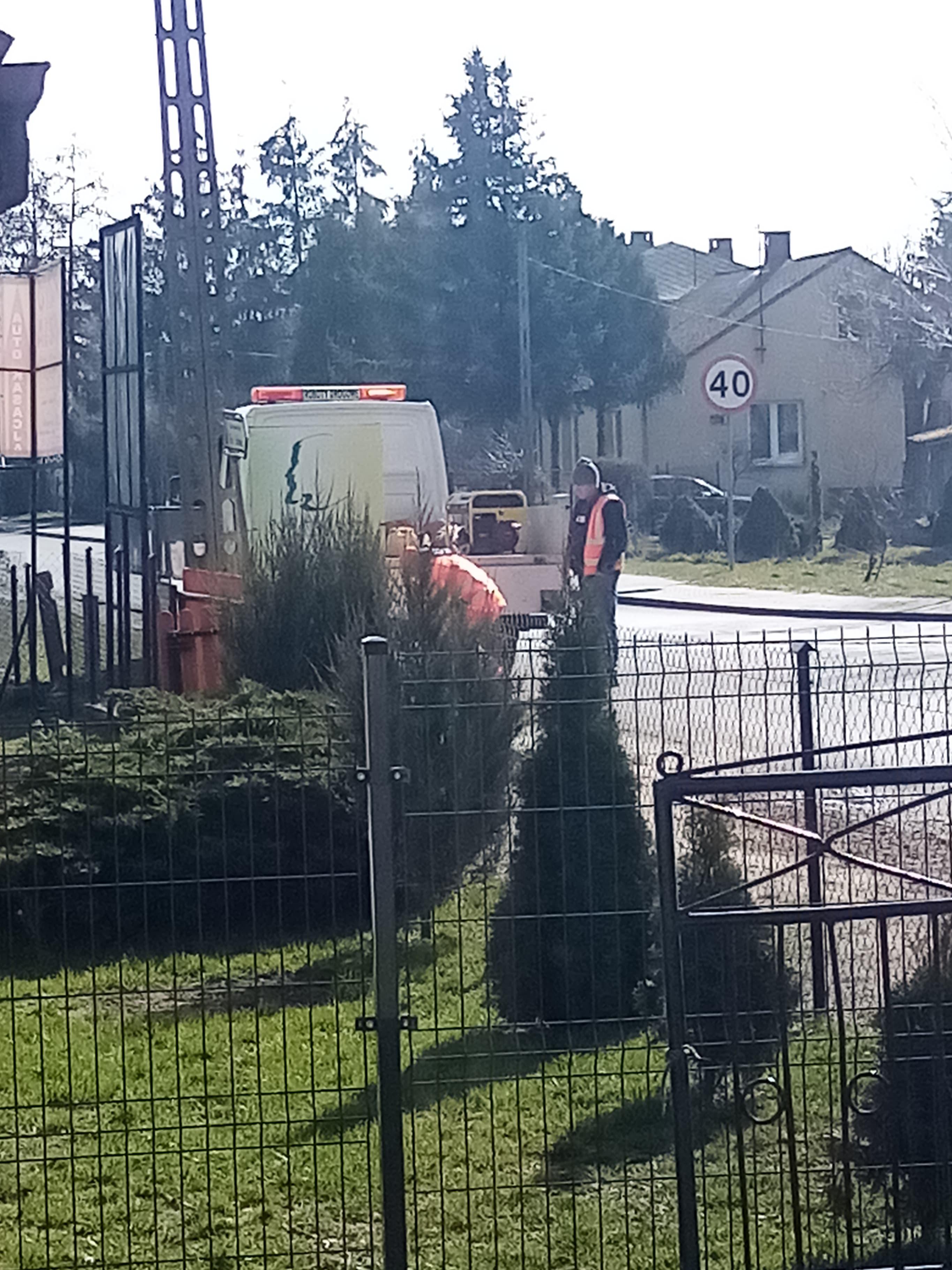 SEROKOMLA Skuteczna interwencja Łuków24.pl Znak utrudniający widoczność usunięty  - Zdjęcie główne
