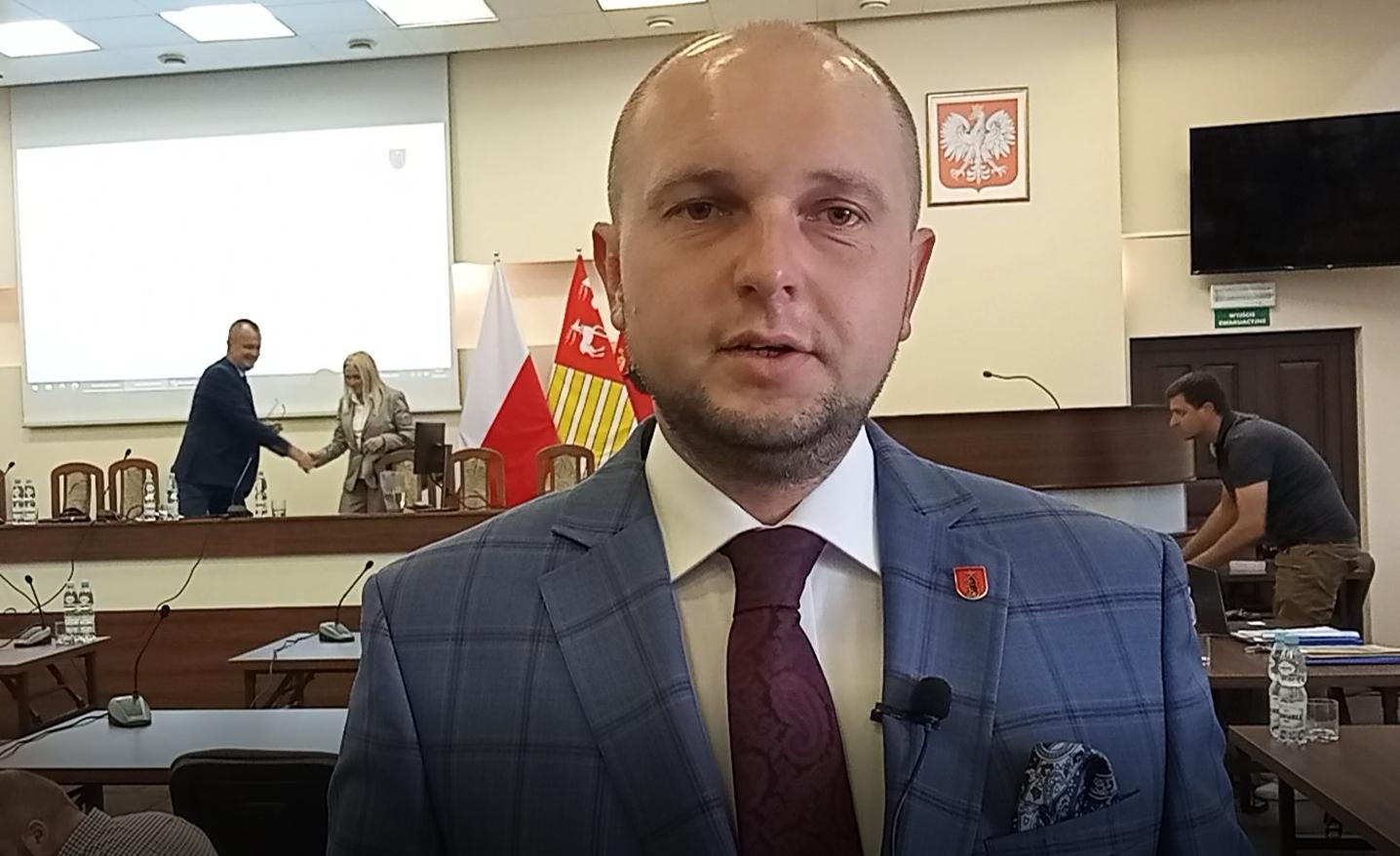 ŁUKÓW. Nowy radny złożył ślubowanie. Pierwsza sesja Sebastiana Ignaciuka (WIDEO) - Zdjęcie główne