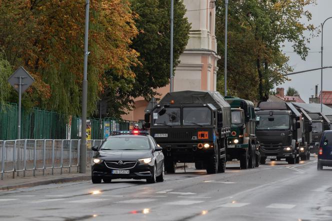 Pojazdy  wojskowe na drogach. min.  Leopardy. Ruszają ćwiczenia  Dragon-21   - Zdjęcie główne