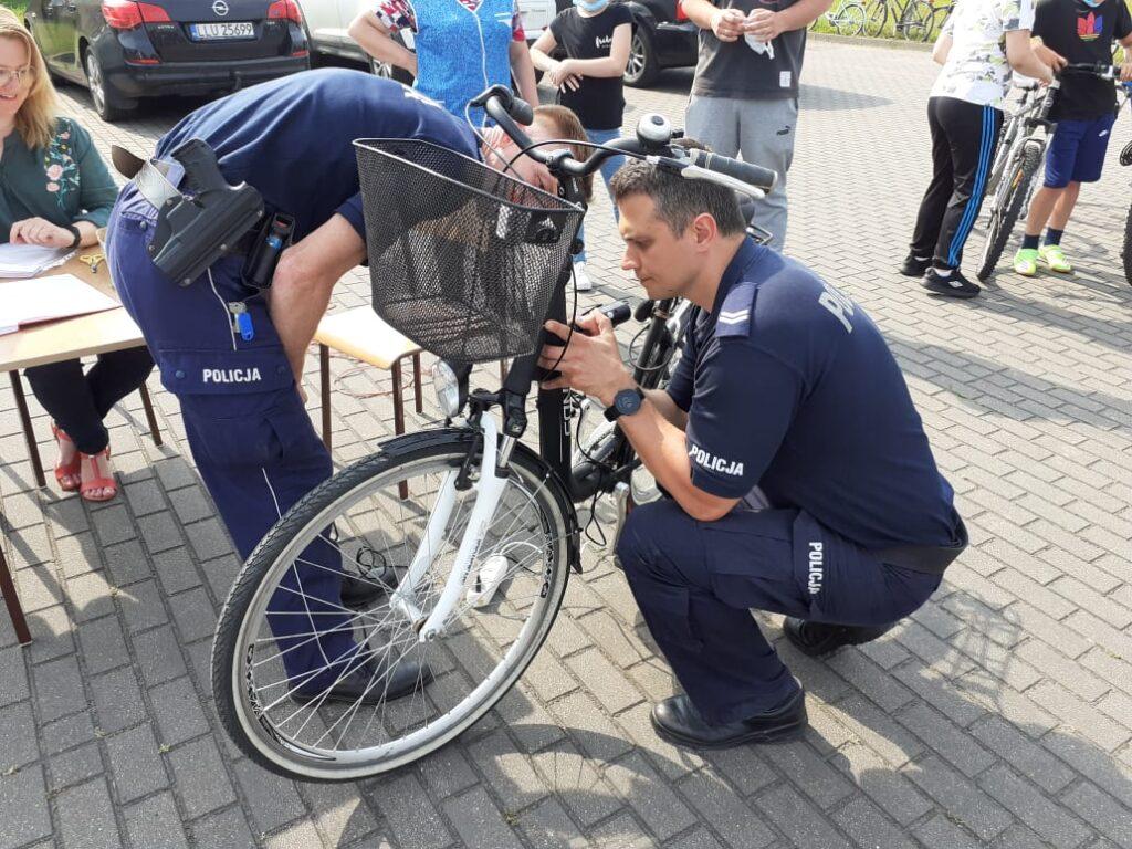 GMINA STSNIN. Policjanci znakowali rowery w szkole w Sarnowie (GALERIA) - Zdjęcie główne