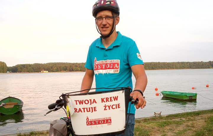 WOJCIESZKÓW Piotr Świder jedzie rowerem i promuje krwiodawstwo  - Zdjęcie główne