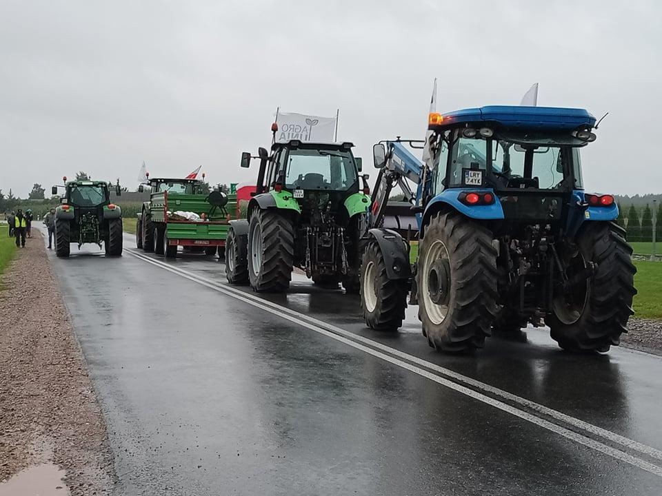 """POW. ŁUKOWSKI  Rolnicy zablokowali drogę pod Łukowem. """"Morawiecki nas olewa"""" (WIDEO + ZDJĘCIA) - Zdjęcie główne"""