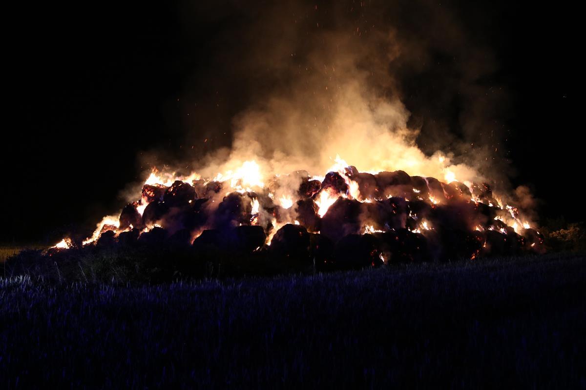 400 bel słomy poszło z dymem  - Zdjęcie główne