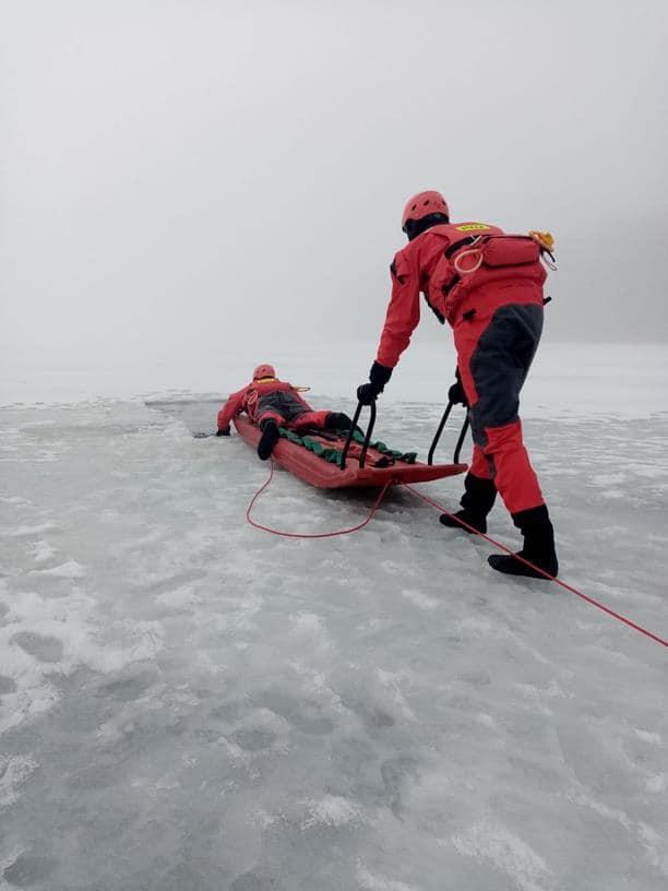ŁUKÓW. Strażacy ćwiczyli na lodzie  - Zdjęcie główne