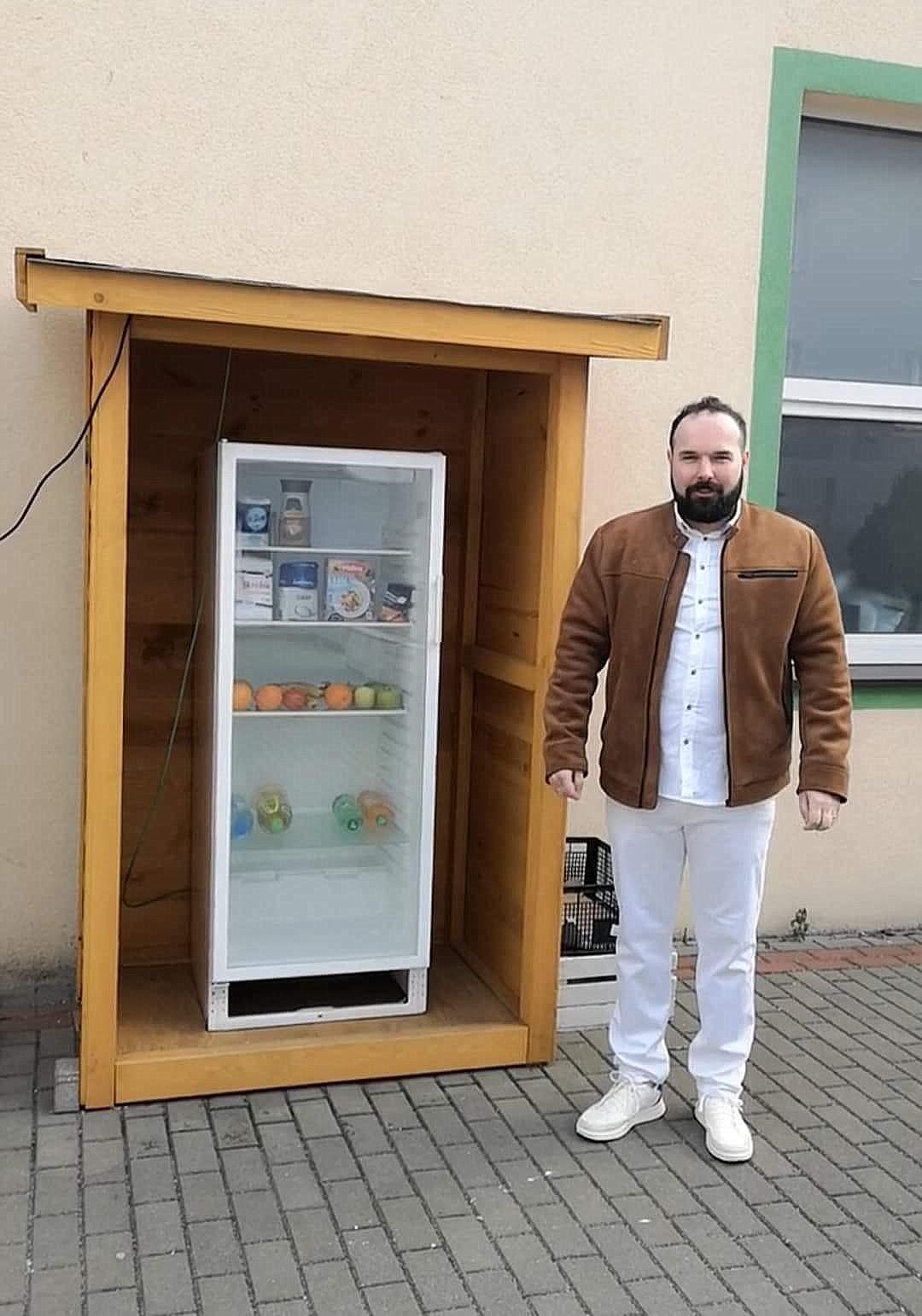 ŁUKÓW Restaurator zaprasza potrzebujących na darmowe dania z zewnętrznej lodówki - Zdjęcie główne