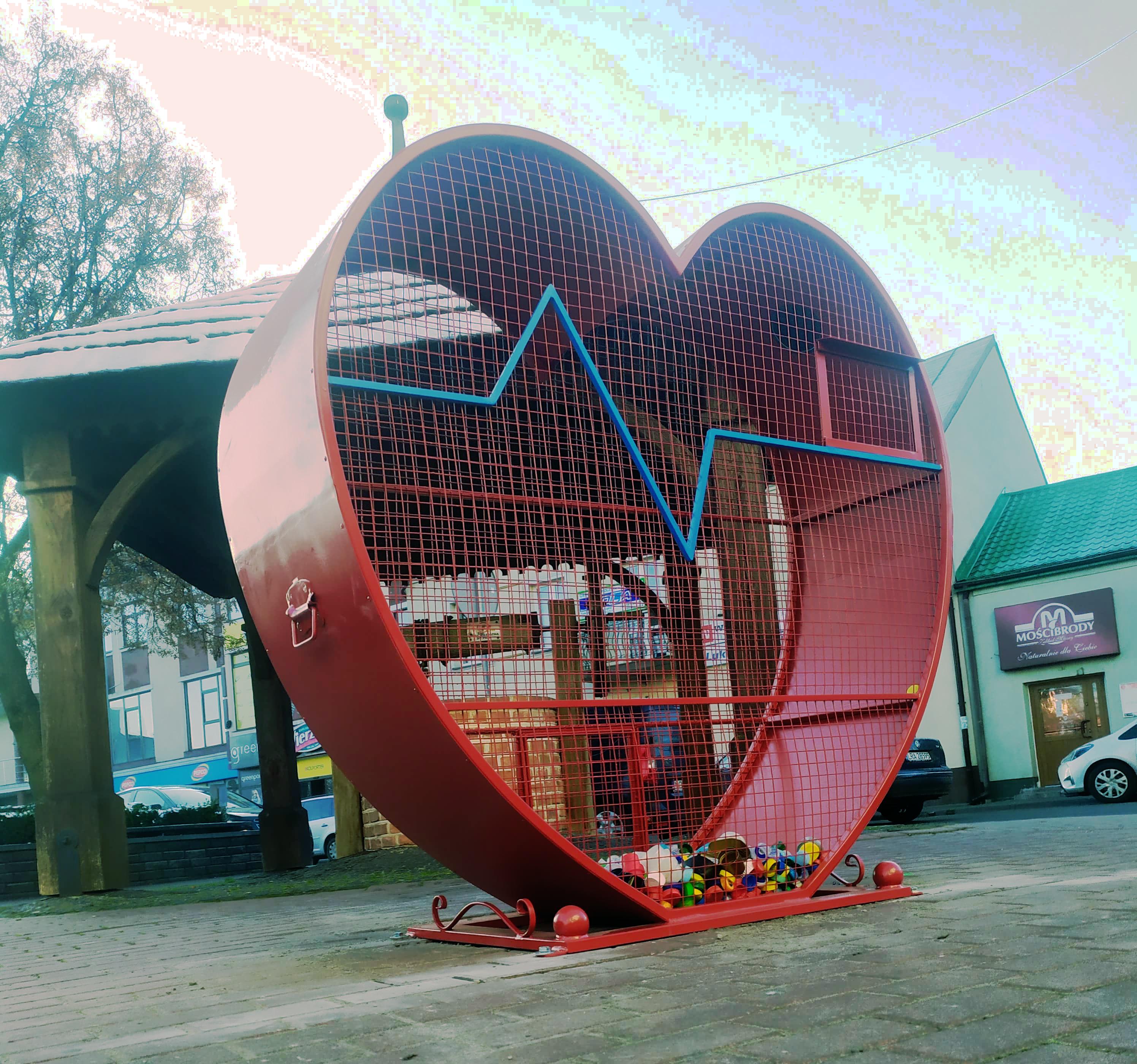 Czerwone serca w centrum Łukowa. Już napełnia się nakrętkami  - Zdjęcie główne