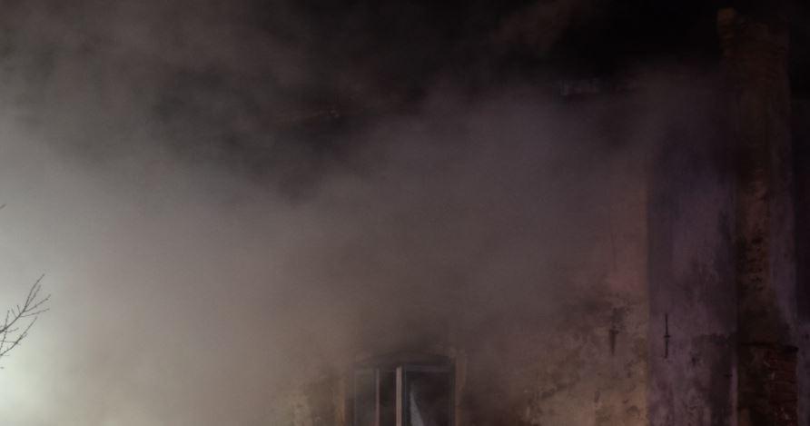 Policjanci łukowskiej patrolówki uratowali z pożaru 47-latka - Zdjęcie główne