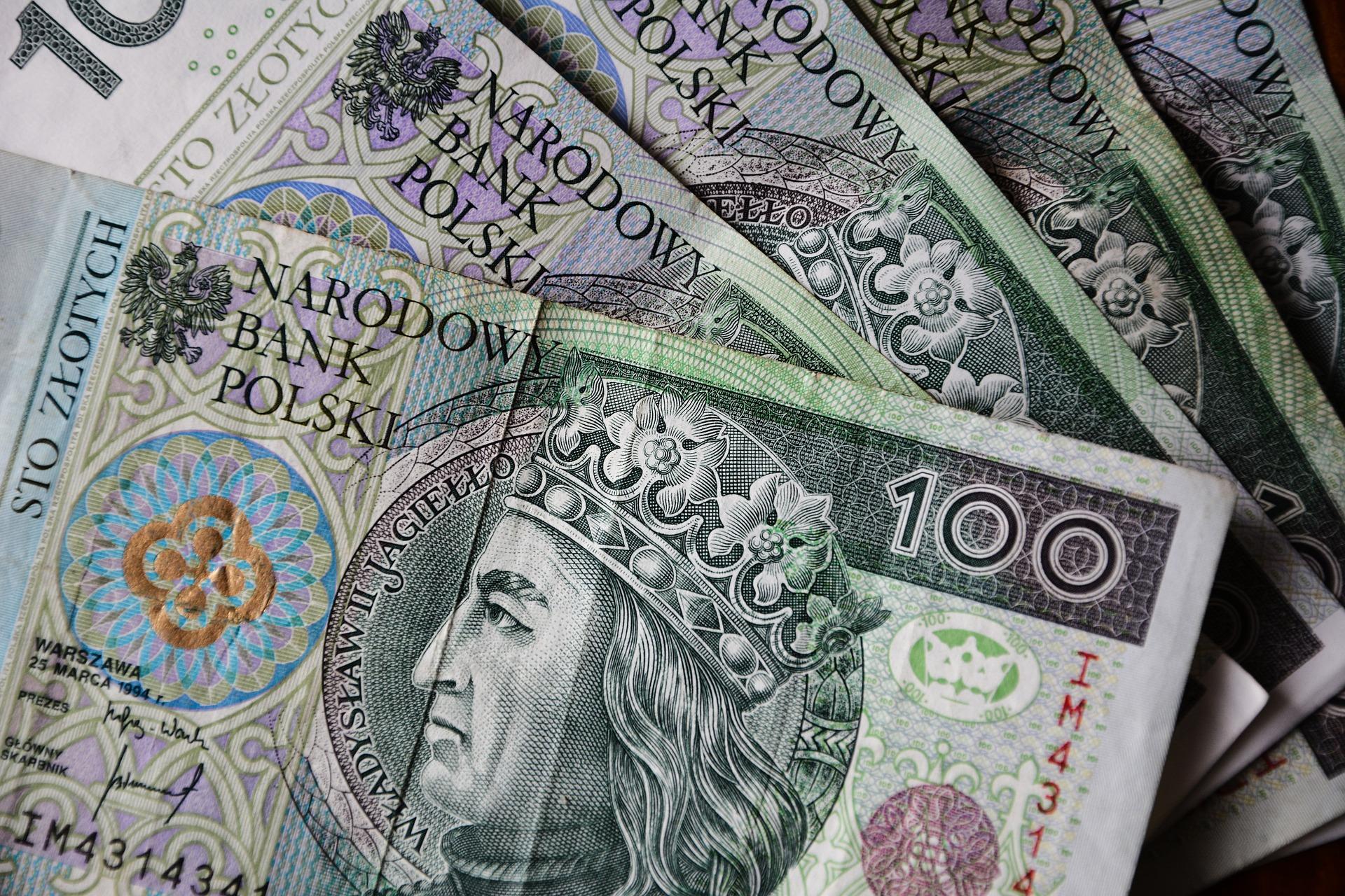 Znalazł pieniądze w bankomacie i odniósł na komendę - Zdjęcie główne
