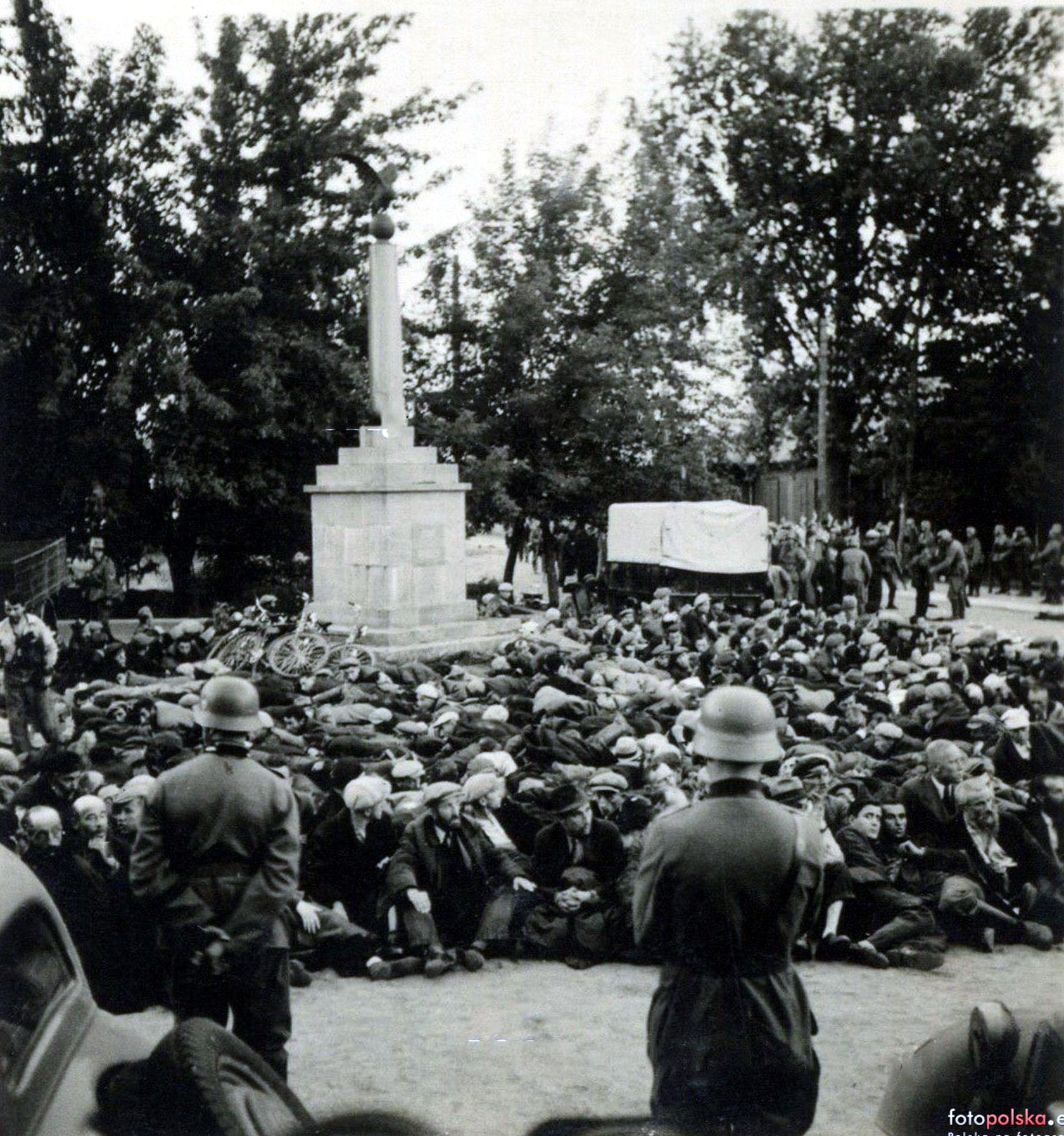 Hitlerowcy na Placu Narutowicza. Unikatowe, historyczne zdjęcie z Łukowa  - Zdjęcie główne