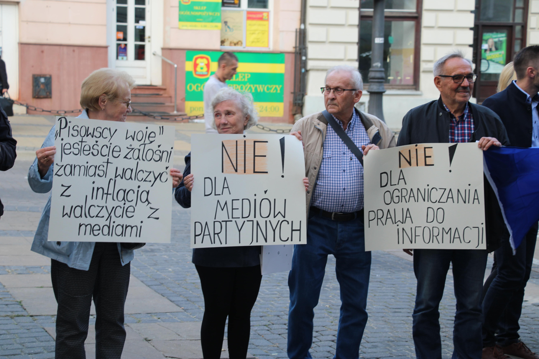 Lublin: Manifestowali w obronie wolnych mediów. Uczestnik: Media i obywatelski opór to szczepionka przeciw podłości i nieuczciwości - Zdjęcie główne