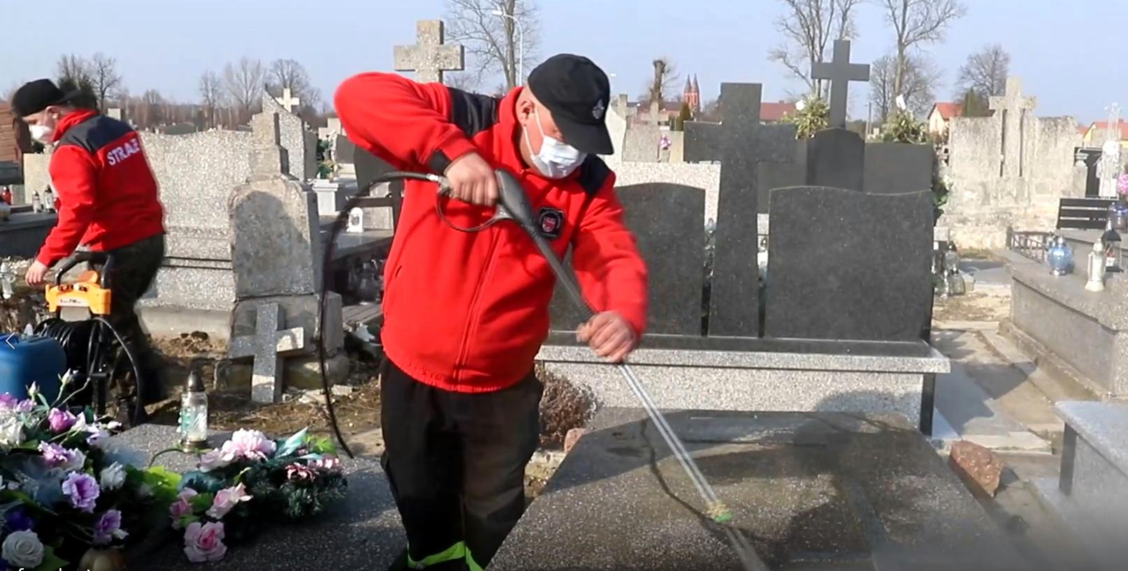 WOJCIESZKÓW Strażacy porządkowali groby (WIDEO) - Zdjęcie główne