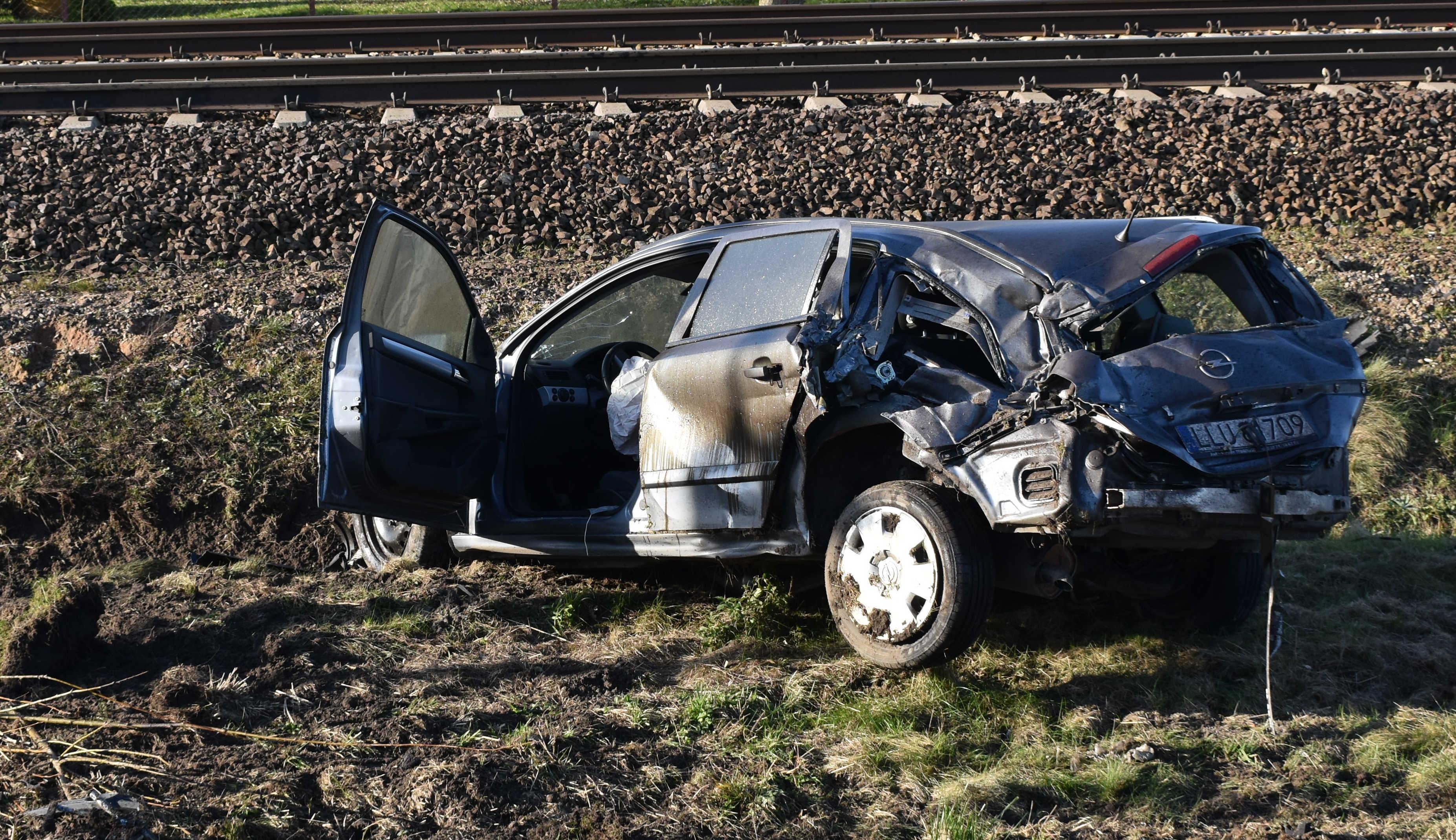 Zderzenie osobówki z pociągiem. 35 - latek cudem uniknął śmierci (AKTUALIZACJA+ GALERIA) - Zdjęcie główne