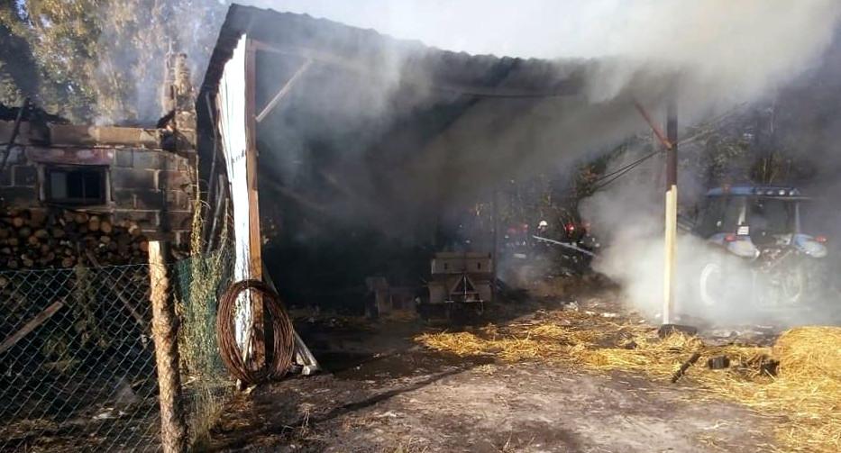 SARNÓW Spłonął budynek gospodarczy i wiata.  Duże straty - Zdjęcie główne