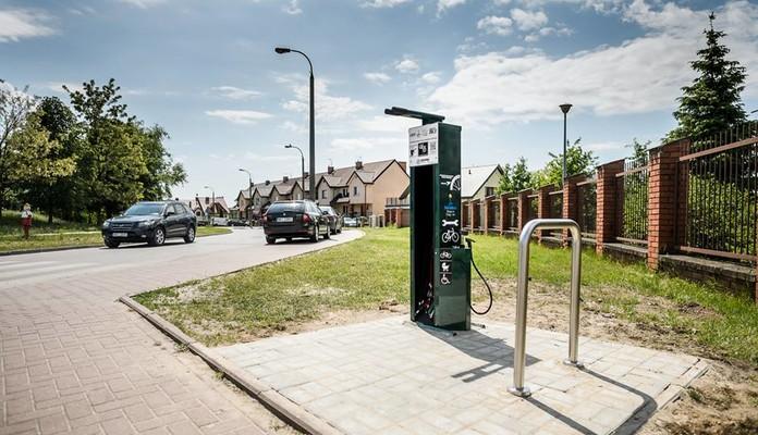 Trwa montaż stojaków i stacji naprawczych rowerów - Zdjęcie główne