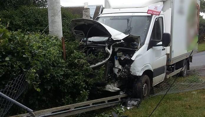 Zderzenie samochodu osobowego z dostawczym (zdjęcia) - Zdjęcie główne