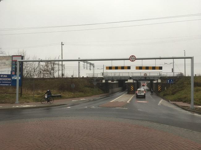 Nowe urządzenia bramowe przy wiadukcie kolejowym - Zdjęcie główne