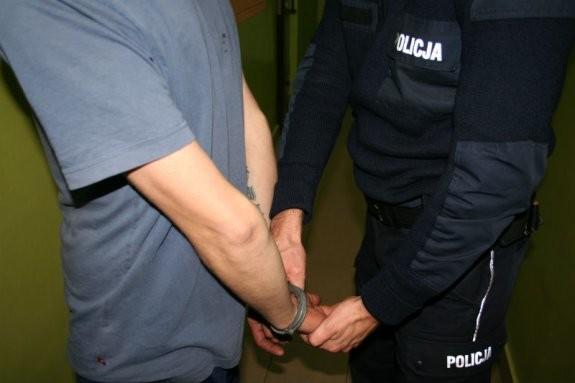 """POLICJANT """"NA WOLNYM"""" ZATRZYMAŁ POSZUKIWANEGO - Zdjęcie główne"""