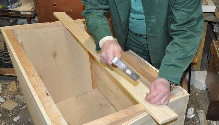 Więźniowie budują budy dla bezdomnych psów - Zdjęcie główne