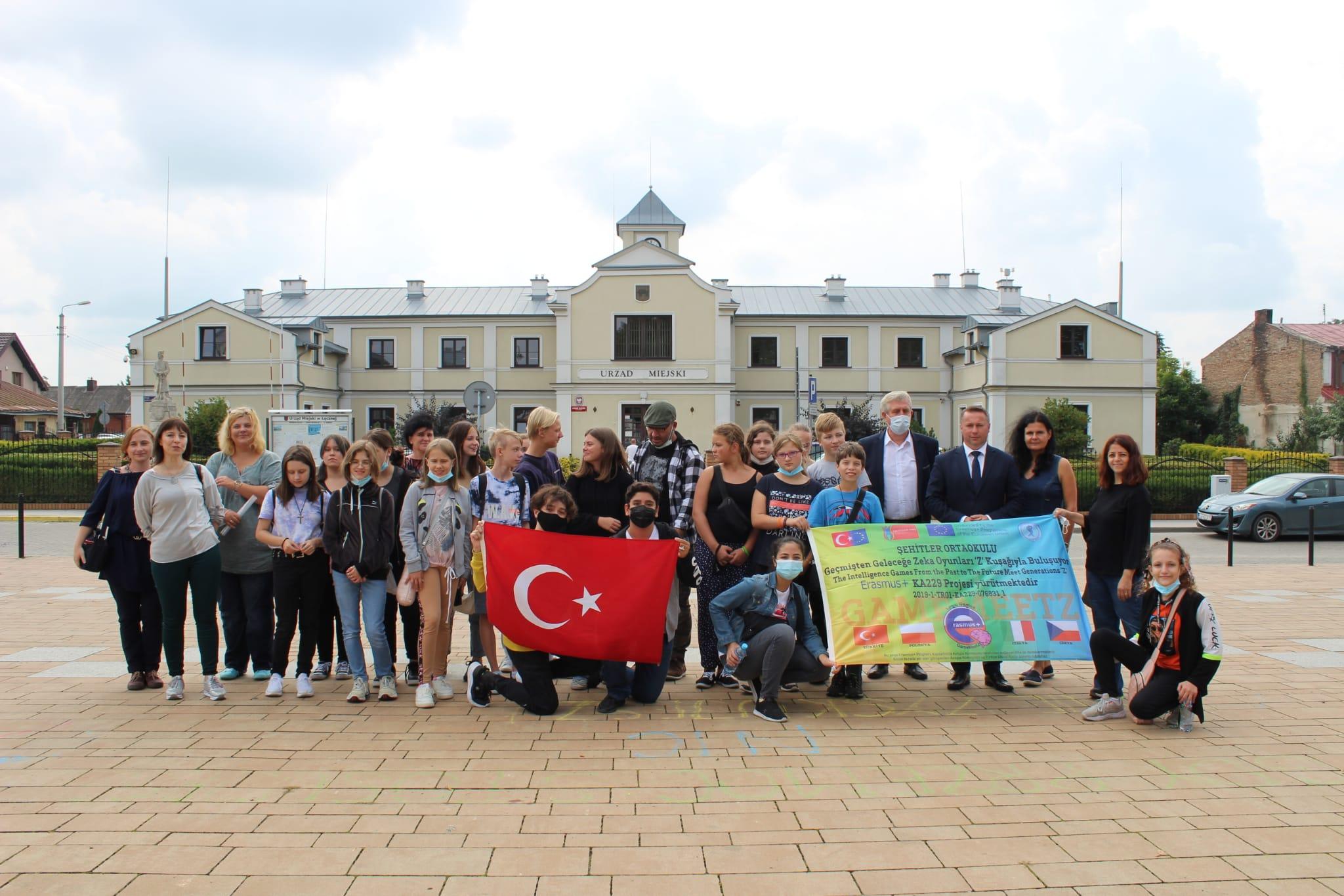 Łęczyńska młodzież uczniów poczęstowała cebularzem swoich gości z Turcji i Czech  - Zdjęcie główne