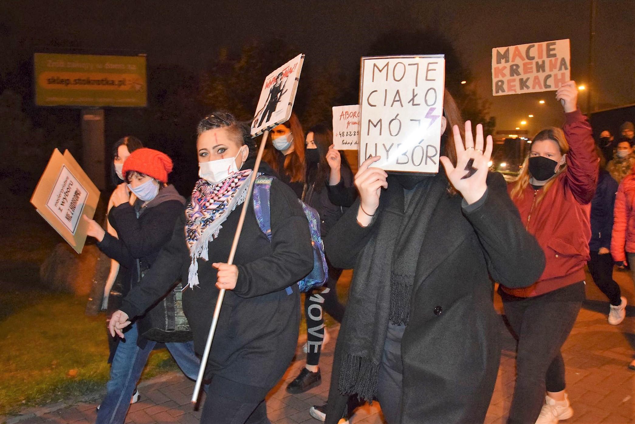 Łęczna: Prawie pół tysiąca osób na spacerze w obronie praw kobiet (WIDEO, DUŻO ZDJĘĆ) - Zdjęcie główne