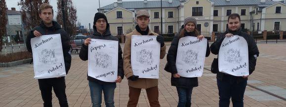 """Łęczna: Walentynki Wszechpolaków. Rozdawali plakaty: """"Kocham Polskę"""" - Zdjęcie główne"""