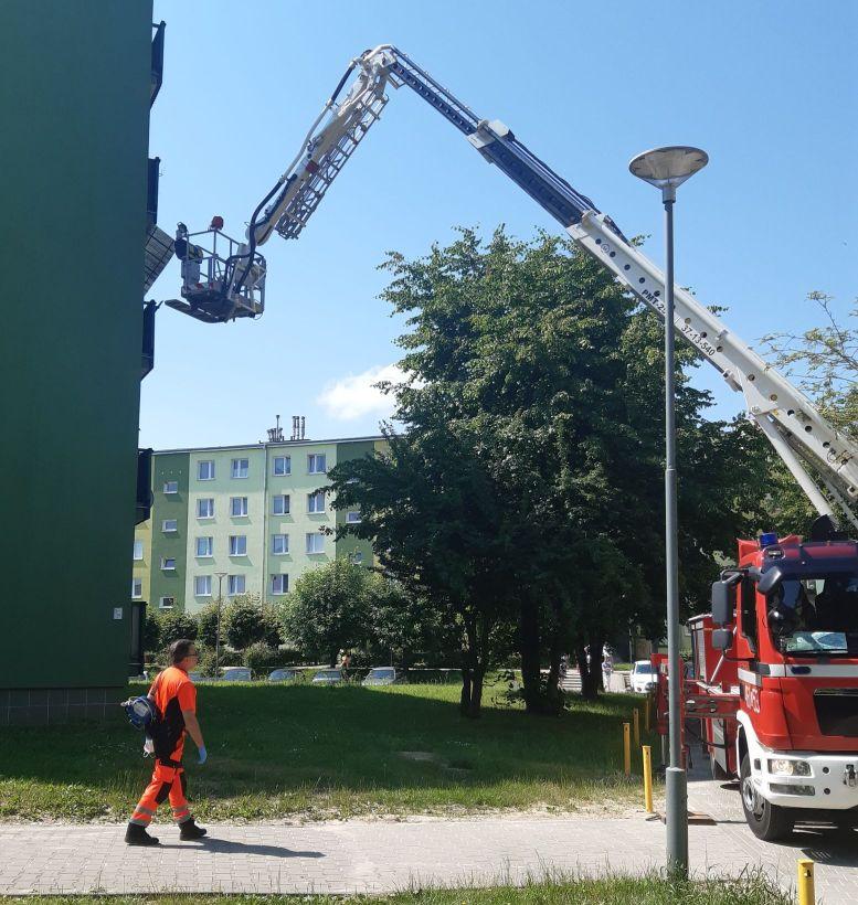 Łęczna: Strażacy wybili okna, by wejść do mieszkania - Zdjęcie główne